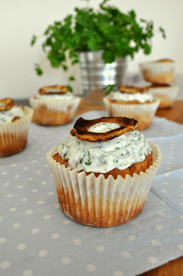 Tender and delicious: honey and garlic-baked parsley root muffins, served with creamy coriander topping.