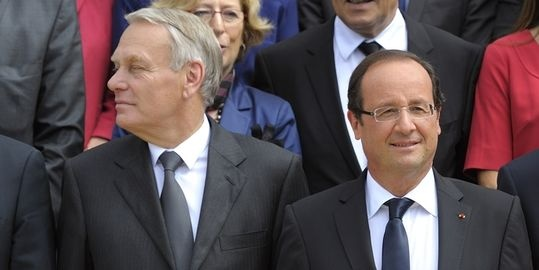La cote de popularité d'Hollande et Ayrault s'effondre