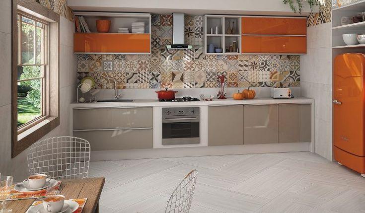 crédence cuisine en carreaux de ciment multicolores, meubles de cuisine en gris taupe et orange laqué