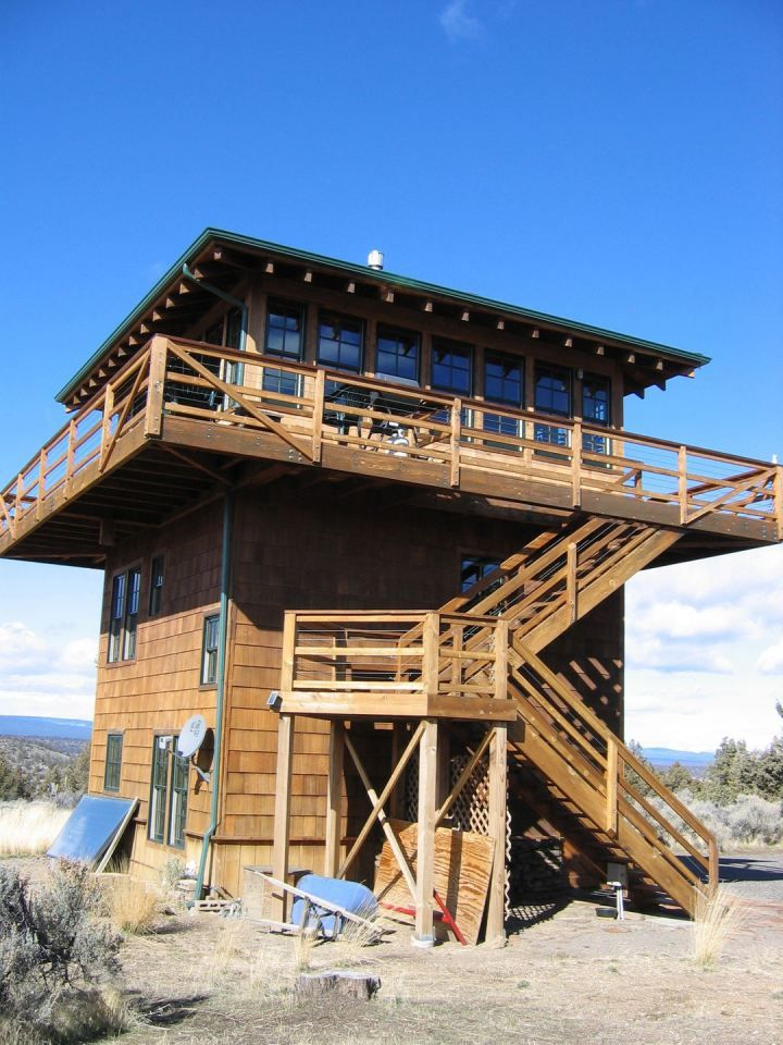 1930s-era forest fire lookout towers inspired this 3-storey tower house in Oregon's high desert.