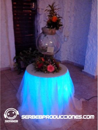Baúl de Sobres de Cristal con un reflector parled por debajo, se puede colocar del tono que se desee o que haga una secuencia de colores