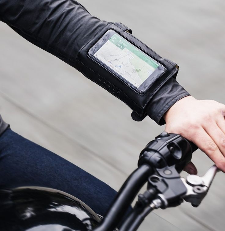 Designed for use with all smart phones, GPS or written directions. The Malle Navigator keeps your navigation tools close to your line of vision.