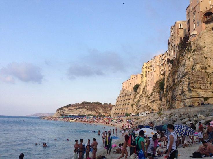Le 15 spiagge più belle d'Italia - Spiaggia di Tropea – Calabria. Se si va nella bellissima regione meridionale e si passa per Vibo Valentia, allora la spiaggia è una tappa obbligata. Molto bello il paesaggio che la circonda, è indubbiamente una delle più belle spiagge del Mediterraneo.
