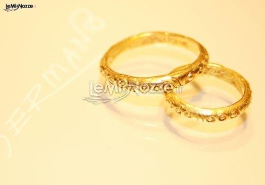 http://www.lemienozze.it/operatori-matrimonio/gioielli/germano/media/foto/2  Fedi nuziali artigianali in oro giallo.