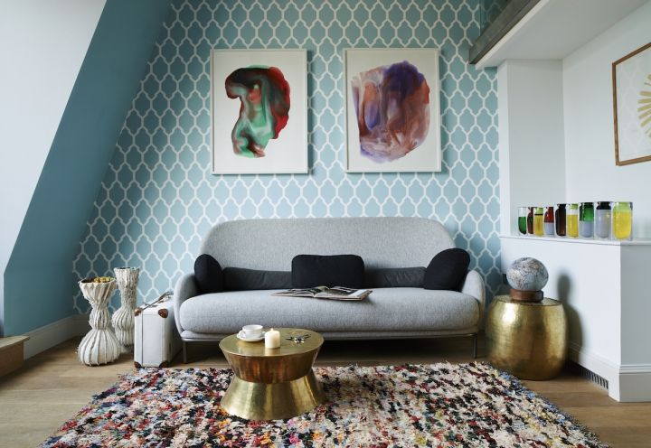 L'angolo di una camera da letto di Library. Il sofà è firmato Jaime Hayon per Se London, i vasi sono fatti su misura da Michal Cederbaum, i due tavolini dorati sono firmati Karen Chekerdjian. Il tappeto è firmato Emily's House
