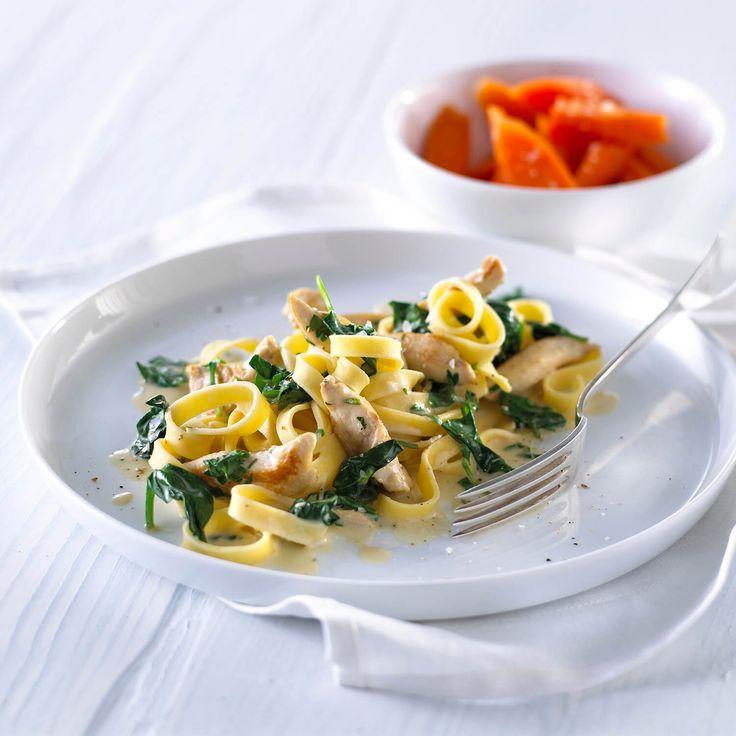 Spaghetti med spinatsauce og kylling i flødesauce - se opskriften her