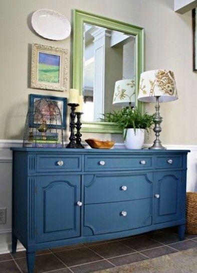 Arredare col verde e il blu - Un mobile da ingresso blu e lo specchio verdino per arredare casa con il colore