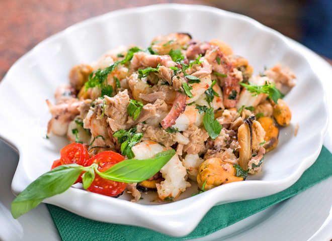 Новорічний салат із морепродуктів з тунцем під гострим гірчичним соусом : Ням ням за 5 хвилин