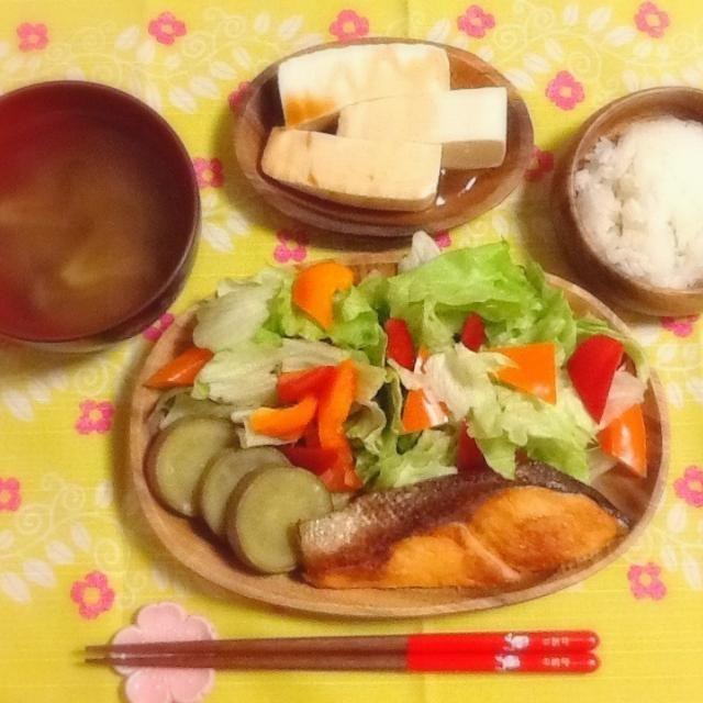 トマト豆腐 しめじみそ汁 鮭の塩焼きとサラダ - 51件のもぐもぐ - 鮭の塩焼き~♪ by lilianhuang