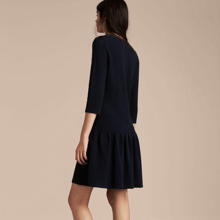 Платье из легкой ткани на основе шелка и хлопка. Рисунок в полоску. Универсальная модель с заниженной линией талии, укороченными рукавами и погонами. Дополните образ лоферами или ботильонами.