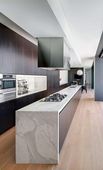 Immense cuisine avec plan de travail en marbre