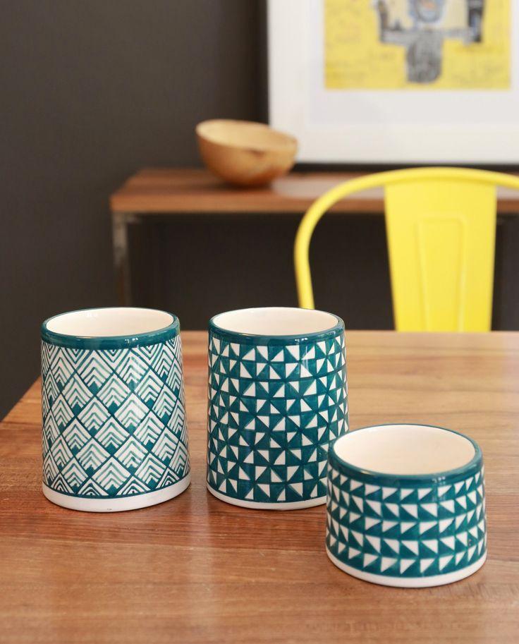 pots en céramique aux motifs géométriques .