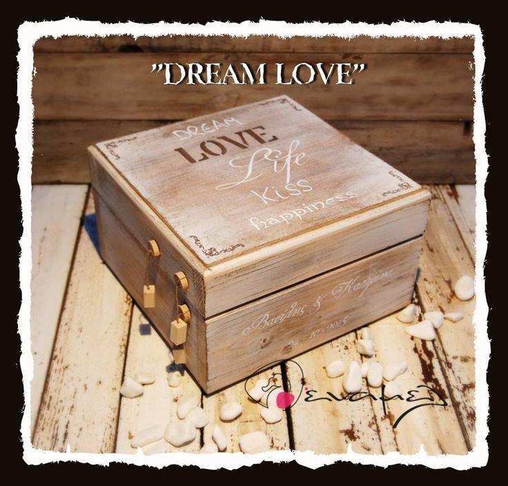 Ξύλινο χειροποίητο κουτί ευχών με μήνυμα Dream Love.  Διαστάσεις 30Χ30Χ18 εκ  Συνοδεύετε από 50 χαρτονάκια ευχών για να γράψουν οι καλεσμένοι τις ευχές τους. - Για έξτρα χαρτάκια ευχών ή καρδούλες ευχών, επιλέξτε από τις διαθέσιμες επιλογές δεξιά από τη φωτογραφία.  Υπάρχει η δυνατότητα:  1)