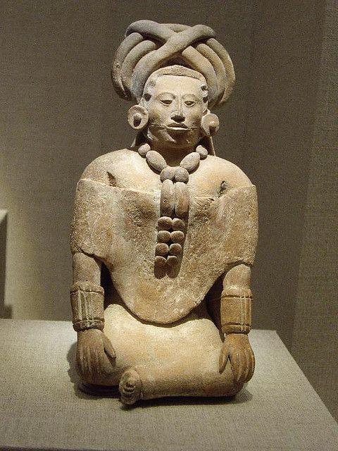 Hermosa figura del Clásico Tardío Maya... Su huipil es distinto al poncho utilizado por los mesoamericanos pos clásicos y su tocado es interesante.
