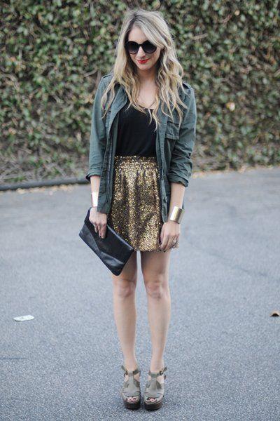 Emily aus Los Angeles setzt auf extra Bling-Bling und kombiniert ein schwarzes Tanktop und eine Oversized-Bluse zum goldenen Pailletten-Rock. Noch mehr Outfit-Anregungen findet ihr auf ihrem Blog Cupcakes and Cashmere.
