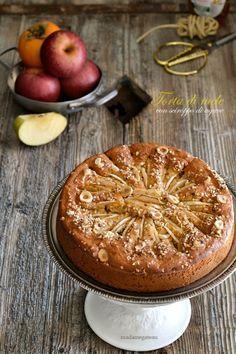 Una nuova torta di mele, soffice e delicata, senza burro, con lo sciroppo di agave e mele frullate.