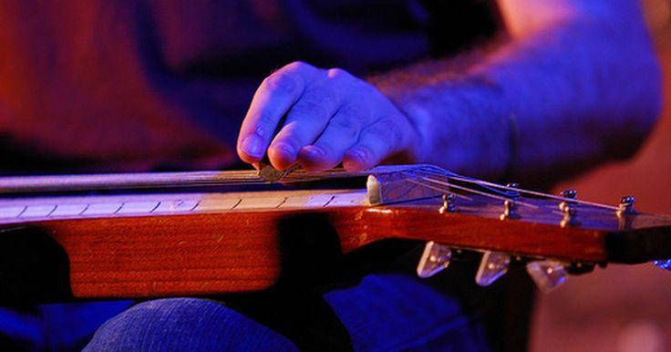 Tutorial de Lap Steel. A guitarra lap steel, referida como guitarra havaiana, é uma guitarra de aço colocada no colo do músico. Tocadores de lap steel usam um tubo metálico ou de vidro e palhetas de dedo para criar sons. Guitarras Lap Steel não são afinadas como guitarras padrões, mas são ajustados para que o som da corda pareça com o som de muitos acordes, dependendo ...