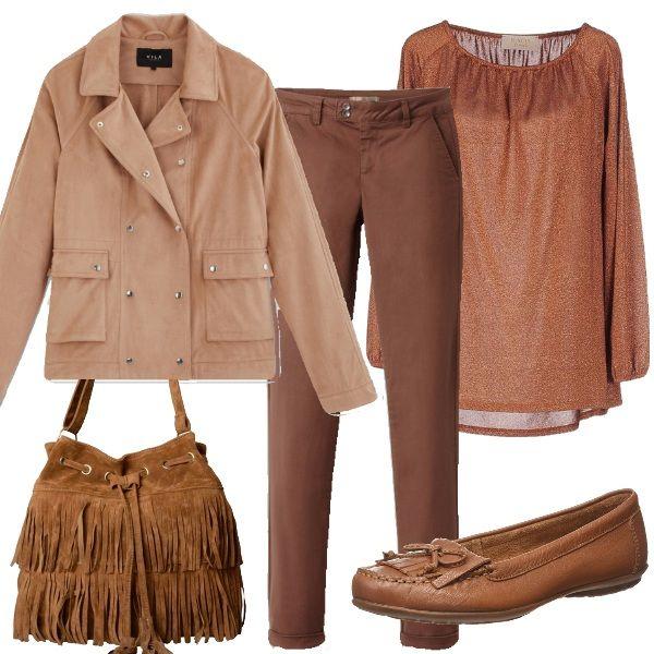 Questo outfit mette insieme varie tonalità di rosa e marrone e il risultato è un look chic, raffinato e modaiolo. Il giubbottino rosa è abbinato a dei pantaloni marroni e una maglia dello stesso colore. La borsa con le frange e i mocassini completano il look.