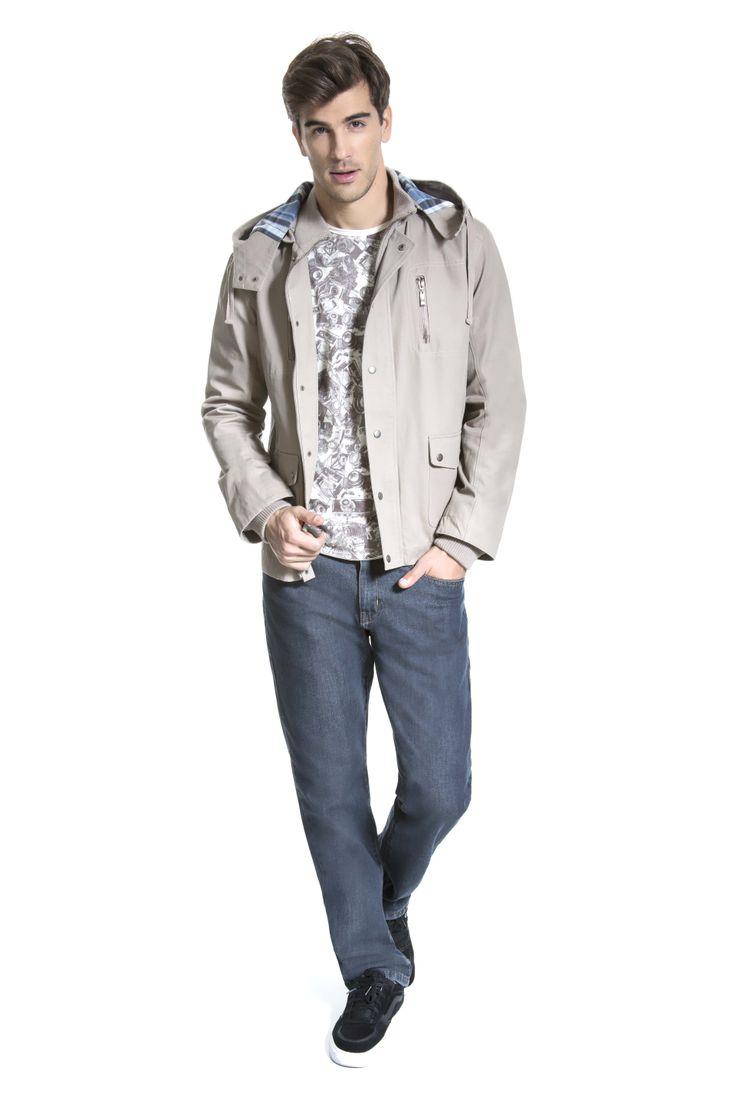 T-shirt com estampa corrida de máquina fotográfica, parca areia com forro xadrez no capuz e calça jeans para um look informal e confortável.