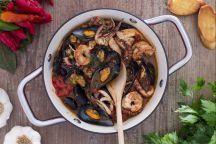 La zuppa di cozze alla napoletana è un piatto di origine partenopea e una delle ricette più utilizzate per la preparazione delle cozze, dopo l'impepata di cozze e le cozze alla marinara. Esistono diverse versioni di questa pietanza, ma tutte concordano sulla preparazione di un piatto molto profumato e ricco che vede protagoniste le cozze insieme ad altri ingredienti: polpo, gamberi e seppie, insaporiti con pomodori, aglio e prezzemolo. Per gustarla al meglio abbiamo preparato anche dei…