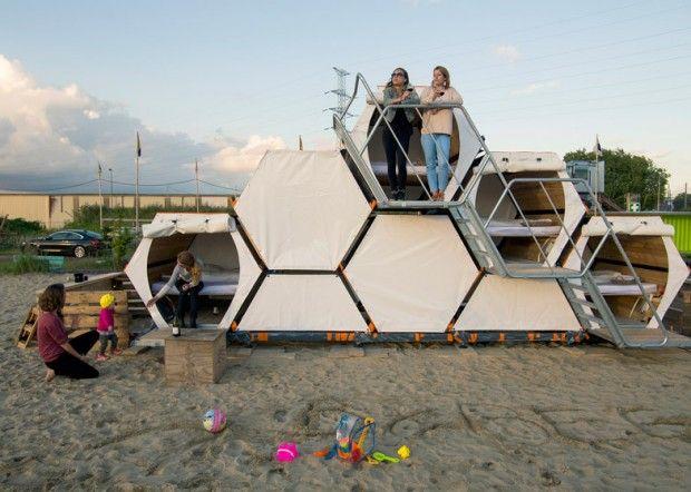 B-and-Bee, solution de couchages empilables : Ce nid d'abeilles modulaire composé de cellules en bois est la création de designers belges. Ces derniers ont trouvé une solution pour éviter aux festivaliers de dormir dans des tentes.