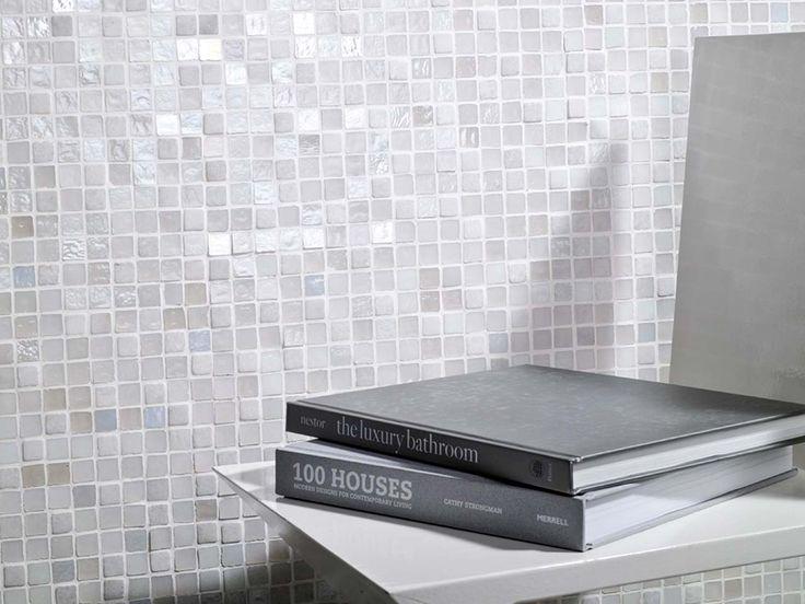 Formados por composiciones de pequeñas teselas, los mosaicos aportan dinamismo y riqueza en la combinación de materiales distintos o rompiendo la monotonía de un único revestimiento, a modo de listel o enmarcando distintas zonas como la ducha o el la