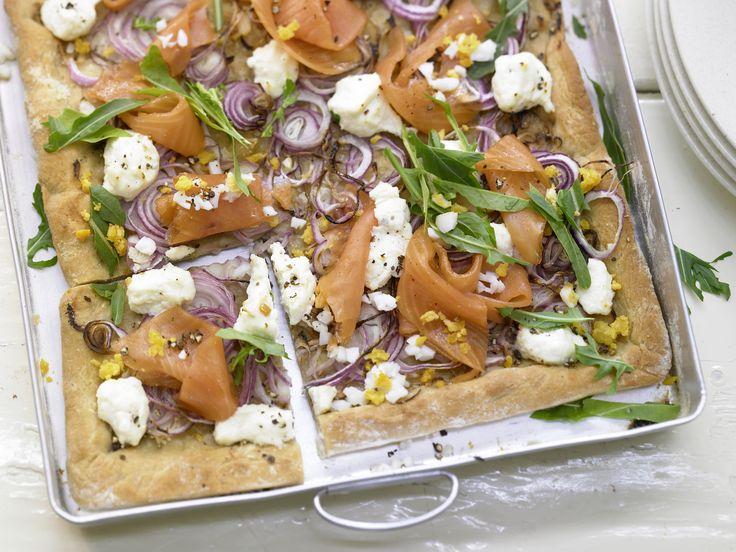 Pizza mit Räucherlachs - und Frischkäse - smarter - Kalorien: 773 Kcal - Zeit: 30 Min. | eatsmarter.de Pizza mit Lachs ist eine gesunde Alternative zur Salamipizza.