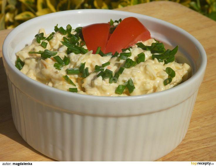Vajcia uvaríme na tvrdo, olúpeme, nastrúhame na slzičkovom strúhadle.Tak isto nastrúhame syr.Zmiešame syr, vajcia, majonézu, pridáme na drobno...
