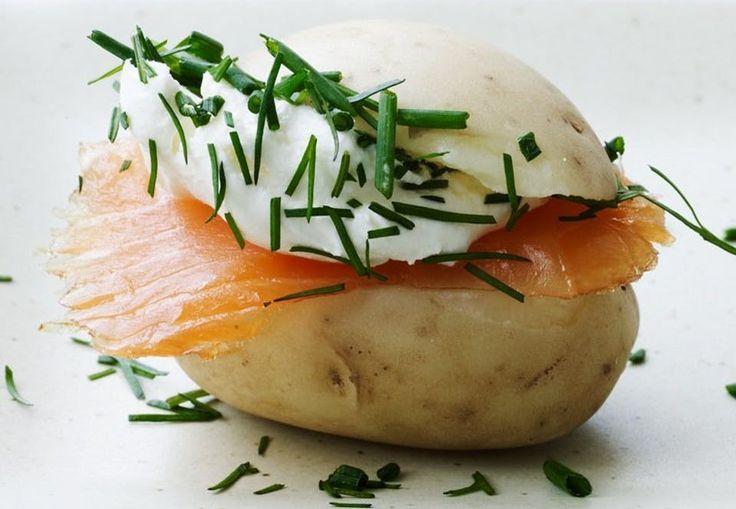 Klassisk bagelfyld i New York, her i kombination med en dansk kartoffel er det en mundfuld af velsmag. Og så ligner de lidt en burger. Lad dem gerne udgøre et måltid, og server dem på en grøn salat med grønne asparges. Eller bare som en hapser.