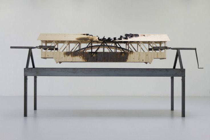 Brücke am Spieß: Marianne Vitale setzt sich im Kunstraum mit architektonischen Monumenten der amerikanischen Siedler auseinander.Fotos: Rott...