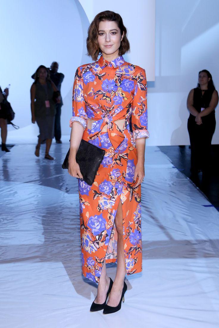 L'attrice Mary Elizabeth Winstead da Monique Luhillier con camicia legata in vita e lunga gonna a portafoglio decorati da stampa floreale.  -cosmopolitan.it