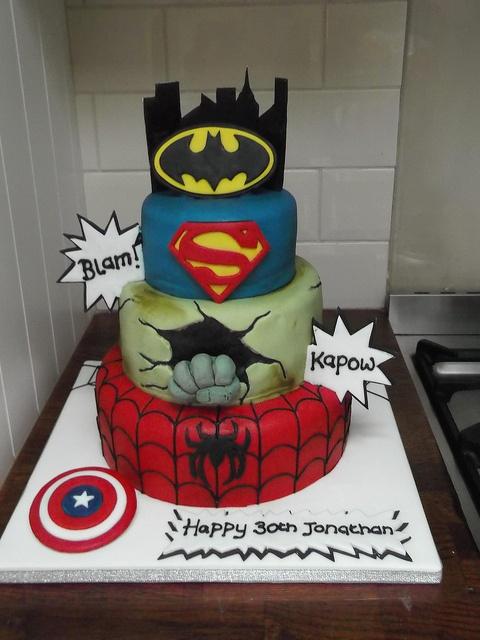 Tarta inspirada en los superhéroes Batman, Superman, Hulk, Spider-man y Capitán América