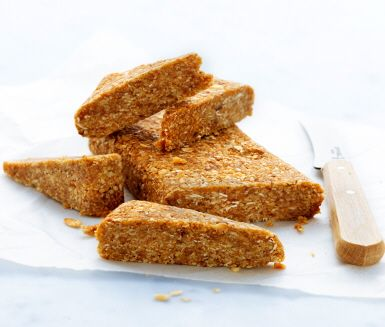 Lättgjorda havrebitar perfekta till mellanmål eller som nyttigt kvällssnack. Rosta havregryn i torr stekpanna tillsammans med sesamfrön. Mixa med grovhackade nötter och fikon. Tryck ut i en form och ställ i kylskåp någon timme. Skär i bitar och njut!