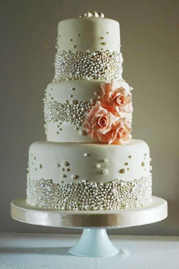 Weddbook ♥ Hochzeitstorte dekoriert metallischen Perlen und Rosen ...