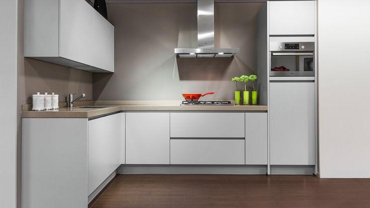Keukenloods.nl - Deze luxe hoekkeuken is uitgevoerd in een matte lak en een werkblad van composiet. De apparatuur is van Whirlpool. Deze keuken is te zien in ons filiaal in Roosendaal.