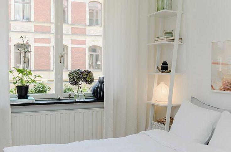 Стильный интерьер спальни для девушки, полка - лестница