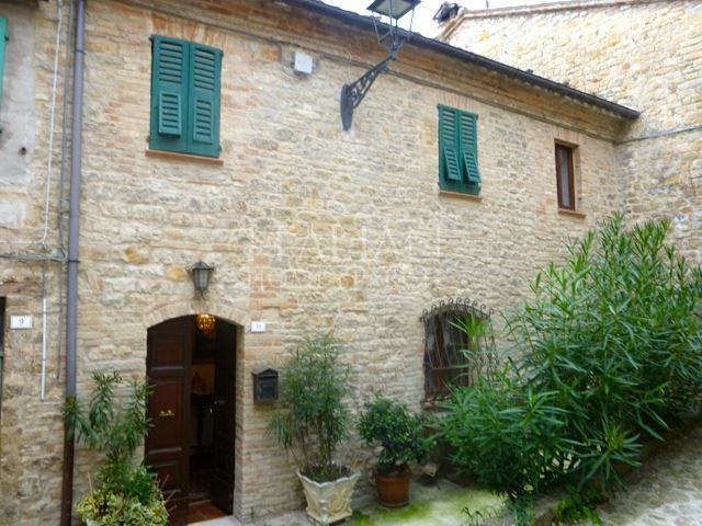 Townhouse for sale in Penna San Giovanni, Marche. There is a wonderfull fireplace. Beautiful views from the windows.
