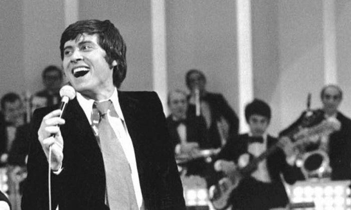 I dinosauri della musica italiana: 10 cantanti con più di 50 anni di carriera: Gianni Morandi