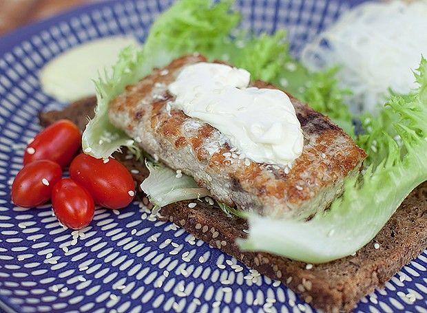 Hambúrguer de atum com maionese de wasabi (Foto: Lufe Gomes/ Editora Globo)
