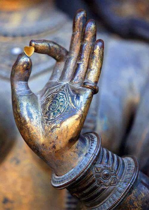 Per trovare la pace interiore, pratica il non-attaccamento: sii sempre consapevole che niente e nessuno ti appartiene veramente. (Swami Kriyananda - I segreti della pace interiore)