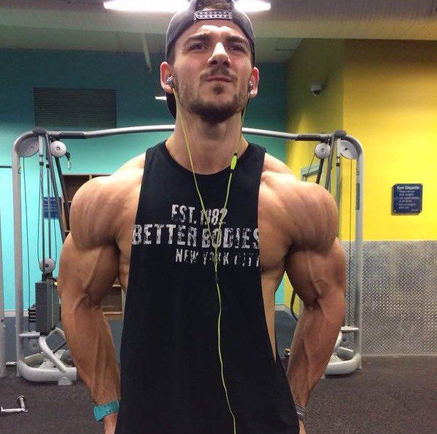 Как сделать широкие плечи    Широкие плечи– символ красоты и мужественности, мечта каждого настоящего мужчины. Однако природа иногда бывает жестока, и не все могут похвастаться правильной и красивой пропорцией плеч и талии. Однако это не повод сдаваться.  Широкие плечи  Как сделать широкие плечи? Есть два основных пути:  1) сделать шире костяк грудной клетки и плеч  2) нарастить внушительные дельтовидные мышцы.  Как сделать широкие плечи с помощью увеличения костяка Первый путь оптимально…