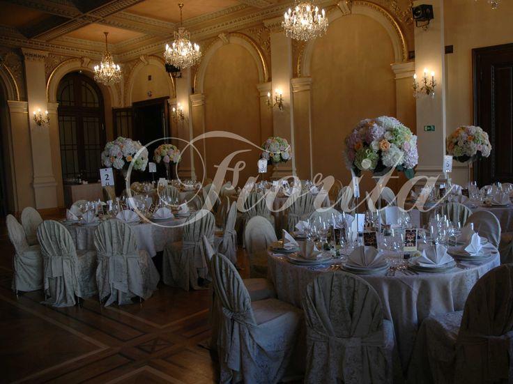 Украшение столов композициями из роз и гортензии во Дворце Жофин в Праге