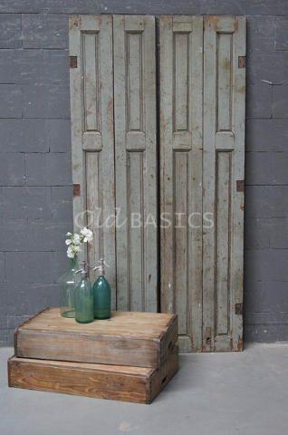 Set luiken 80039 - Prachtige set oude houten luiken met een grijs groene kleur. De luiken hebben een mooie geleefde uitstraling.