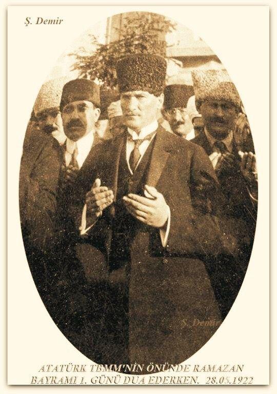 Atatürk TBMM'nin önünde Ramazan Bayram'ı 1. Gününde dua ederken. 28.05.1922