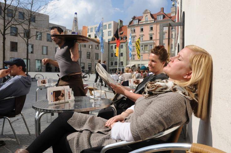 Endlich Sommer! Doch wo lässt es sich am schönsten sonnen? Die Süddeutsche.de-Redaktion stellt ihre Lieblingsterrassen vor - für ein Frühstück im Freien, ein Feierabendbier in der Laube und für laue Sommernächte.