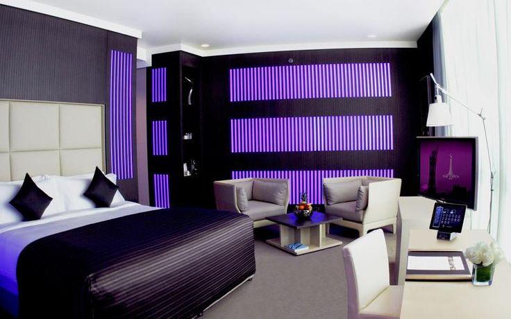 Torch (Doha, Qatar). El Torch Doha, tiene 300 metros de altura y una espectacular vista panorámica de 360º a toda la ciudad. Todas las habitaciones y suites cuentan con un iPad que sirve para pedir servicio a la habitación y controlar el sistema de iluminación ambiental en 12 colores diferentes. Además, una TV interactiva de LED.