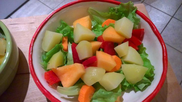 Salat, Möhre, Paprika, Melone und gekochte Kartoffel.