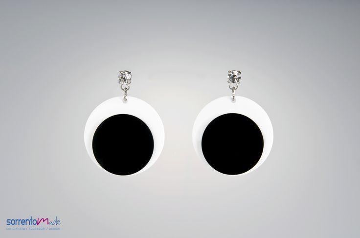 BIENNE  Geometrie anni 70 per questii orecchini black and white sempre alla moda della designer Consuelo D'Antonio che associando al plexiglass, materiale moderno ed industriale, elementi preziosi crea gioielli glam ed eleganti. H 6,4   L   6,4    Materiali plexiglass e Swaroski