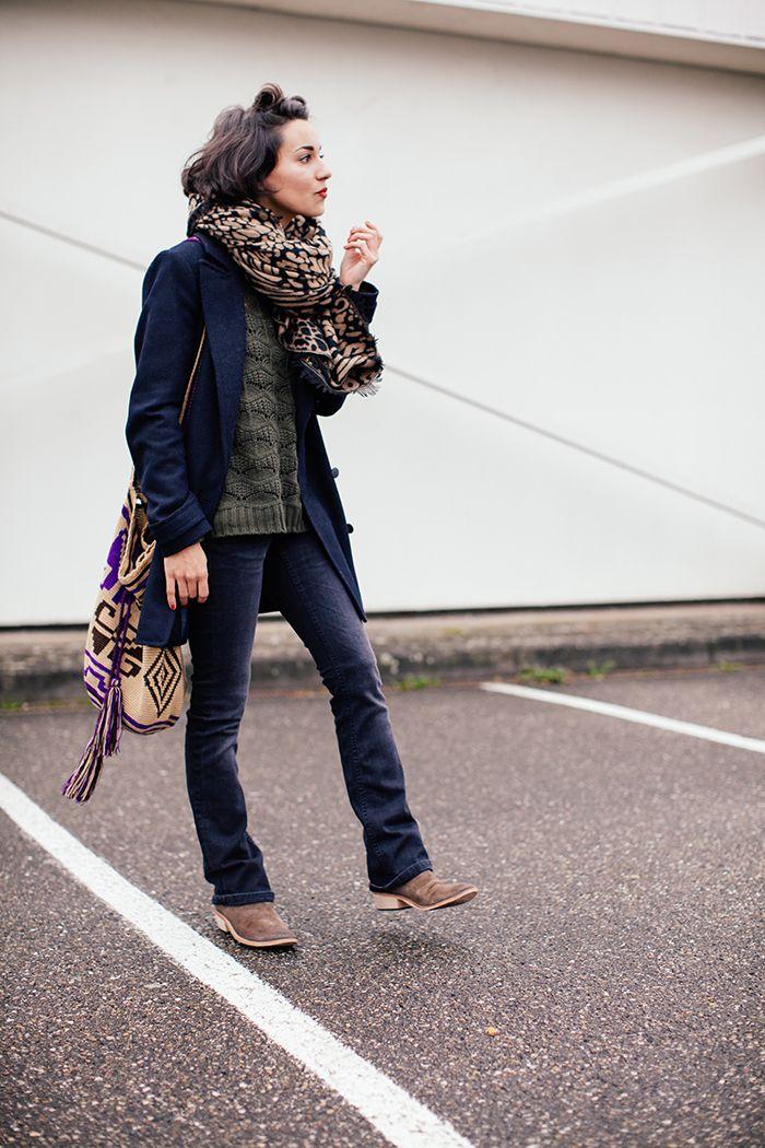 Quoi de mieux qu'une tenue casual en ce gris lundi? Un bon pull, un jean au top niveau du confort, des boots plate et une énoooorme écharpe… Sans oublier mon top-knot de l'enfer. Un mix qui me donne l'air de sortir tout droit de… tout droit de quoi, je ne sais pas trop …ma voiture? …