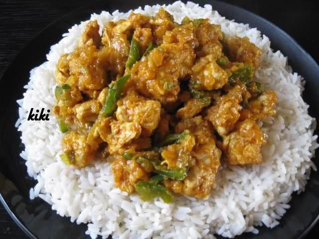 Recept voor Indische kip met rijst (Indische Jalchicken). Doe de olie in een pan en fruit de kruiden eerst aan. Dus de currypoeder, gember, knoflook en het fijngesneden groen pepertje. Voeg dan